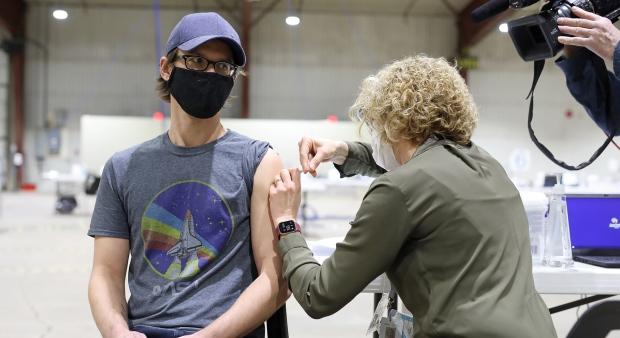 Канада критически отстает от США по темпам вакцинации