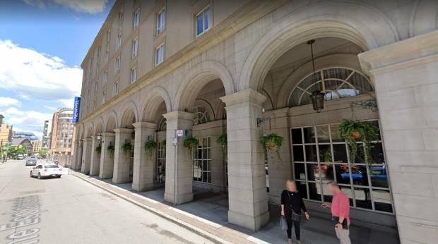 Торонто арендует отели для организации приютов