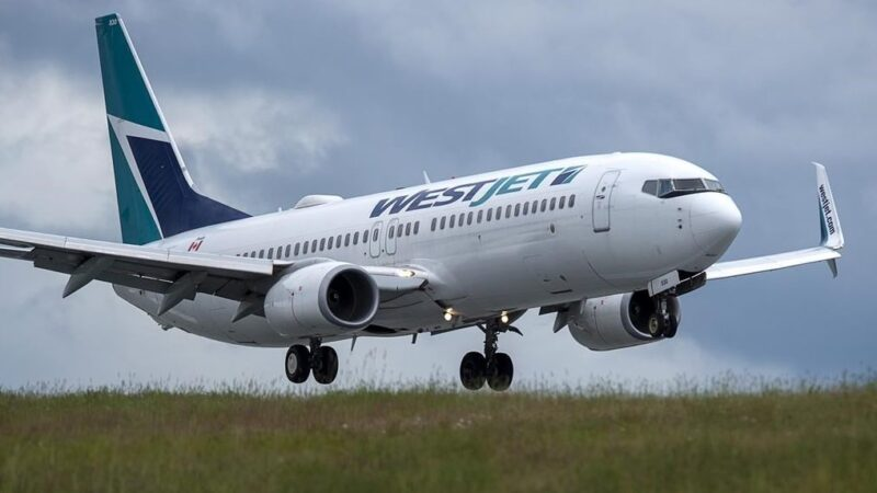 WestJet снова сокращает рейсы по Канаде