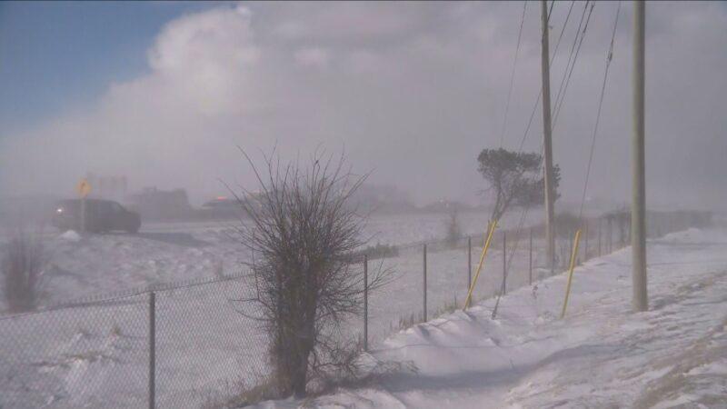 Пурга к северу от Торонто: десятки автомобилей попали в аварию